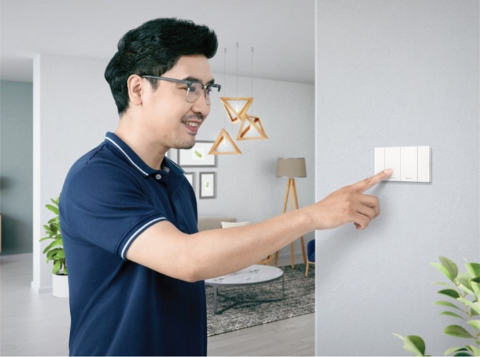 SE_Electrician_with_product